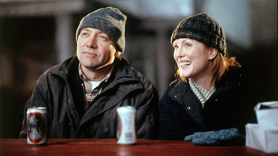Quoyle (Kevin Spacey), Wavey (Julianne Moore)
